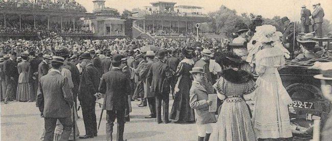 Auteuil, le champ de Courses et la vue sur les tribunes. Tous sont venus assister au GD Steeple-Chase de Paris.